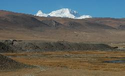 Shishapangma; 8'046 m; rises high above the plains and barren hills of the Tibeten plateau.